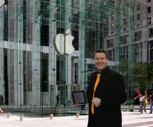 Herr Manz vor dem Apple Store in der Fifth Avenue